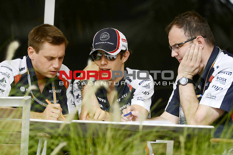 20.-22.APRIL 2012, International Circuit, Sakhir, BRN, FIA, Formel 1, Grand Prix von Bahrain, Trainingstag, im Bild im Bild  Bruno Senna [BRA] Williams F1 Team <br />  Foto &copy; nph / Mathis