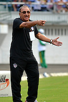 BARRANQUILLA - COLOMBIA-27-10-2013: Miguel A Lopez, técnico del Atletico Junior da instrucciones a los jugadores durante partido en el estadio Metropolitano Roberto Melendez de la ciudad de Barranquilla, octubre 27 de 2013. Atletico Junior y Millonarios durante partido por la decimosexta fecha de la de la Liga Postobon II. (Foto: VizzorImage / Alfonso Cervantes / Str). Miguel A Lopez, coach of Atletico Junior gives instrutions to the players during a match at the Metropolitano Roberto Melendez Stadium in Barranquilla city, October 27, 2013. Atletico Junior and Millonarios during a match for the sixteenth round of the Postobon II League. (Photo: VizzorImage / Alfonso Cervantes / Str).
