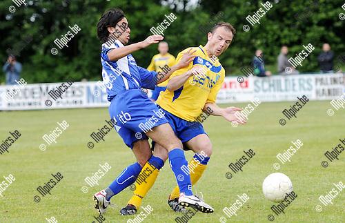 2011-05-15 / Seizoen 2010-2011 / Voetbal / Mariekerke - KFCO WIlrijk /  Imad Buriagliarez van Mariekerke in duel met Sylvain Naets van Wilrijk..Foto: mpics