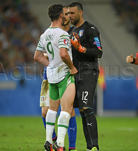 22.06.2016. Lille, France. UEFA European football championships, group stage. Italy versus Republic of Ireland.  Shane LONG (IRL) stands uo to the aggression of keeper Salvatore SIRIGU (ITA) .