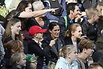 Foto: VidiPhoto<br /> <br /> APELDOORN - Dertien jaar geleden kwam hij als jonge puber en onervaren leider naar Apenheul: gorilla Jambo. Inmiddels weegt hij 200 kilo, is hij vader van acht kinderen en één van de iconen van Apenheul. Vrijdag was er een bijzonder afscheidsmoment voor het publiek, waarin verzorgers terugblikten op dertien jaar leiderschap van Jambo. De zilverrug is nog tot 4 november te zien in de Apenheul. Dan maakt hij plaats voor zijn opvolger Bao Bao. Jambo vertrekt tijdens de wintersluiting met drie zonen naar Al Ain Zoo in de Verenigde Arabische Emiraten. Het vertrek heeft alles te maken met het internationale fokprogramma voor gorilla's. De afgelopen jaren heeft Jambo voor acht kinderen gezorgd. Zijn genen zijn daarmee goed vertegenwoordigd onder de populatie gorilla's in dierentuinen. Ook moet inteelt in de groep worden voorkomen.