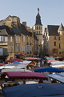 Europe/France/Aquitaine/24/Dordogne/Périgord Noir/Sarlat-la-Canéda:Jour de marché place de la Liberté, à l'arrière plan la cathédrale Saint Sacerdos