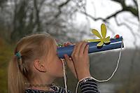 Kinder basteln Guckrohr, fertiges Guckrohr mit Papp-Libelle als Verzierung
