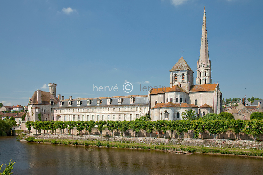 France, Vienne (86), Saint-Savin, l'abbaye, Classée au patrimoine mondial de l'UNESCO, et la Gartempe // France, Vienne, Saint-Savin, the abbey  listed as World Heritage by UNESCO and the Gartempe river