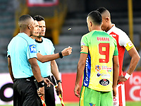 BOGOTA - COLOMBIA - 17 - 03 - 2018: Carlos Mario Herrera (2 Izq.), arbitro, con los capitanes William Tesillo (Der.) de Independiente Santa Fe y Omar Duarte ( 2 Der.) de Atletico Huila, durante partido de la fecha 9 entre Independiente Santa Fe y Atletico Huila, por la Liga Aguila I 2018, en el estadio Nemesio Camacho El Campin de la ciudad de Bogota. / Carlos Mario Herrera (2 L), referee, with the captains William Tesillo (R) of Independiente Santa Fe and Omar Duarte (2 R) of Atletico Huila, during a match of the 9th date between Independiente Santa Fe and Atletico Huila, for the Liga Aguila I 2018 at the Nemesio Camacho El Campin Stadium in Bogota city, Photo: VizzorImage / Luis Ramirez / Staff.