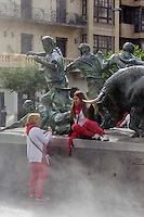 Espagne, Navarre, Pampelune: Fêtes de San Fermín,  monument à El Encierro, la célèbre course de taureaux,//  Spain, Navarre, Pamplona:  Festival of San Fermín,  monument to El Encierro, the famous bull run,