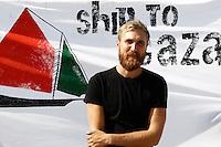 LA NAVE ESTELLE DEL MOVIMENTO FREEDOM FLOTILLA FA TAPPA NEL PORTO DI NAPOLI , PRIMA DI SALPARE PER GAZA NEL TENTATIVO DI ROMPERE L'EMBARGO ISRAELIANO E CONSEGNARE DONI E AIUTI ALLA POPOLAZIONE PALESTINESE.NELLA FOTO ANDERS WIDELL.FOTO CIRO DE LUCA