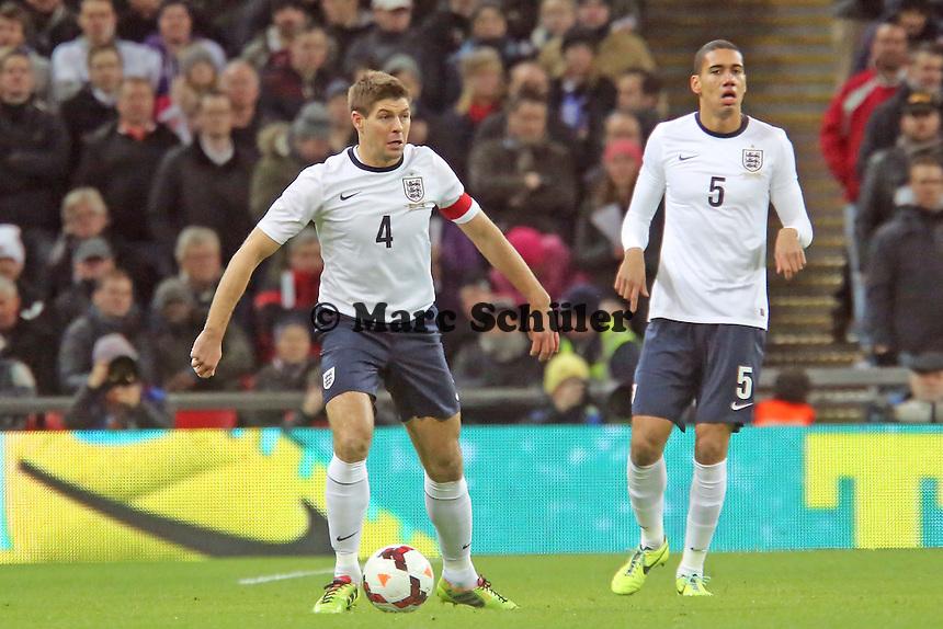 Steven Gerrard (ENG) und Chris Smalling - England vs. Deutschland im Wembley Stadium