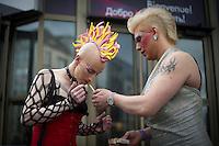 Berlin, Zwei Transvestit Models zuenden sich am Freitag (10.05.13) in Berlin im Vorfeld eines Drag-Queen Castings vor dem Friedrichstadt-Palast eine Zigarette an. Foto: Timur Emek/CommonLens
