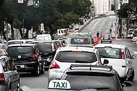 ATENCAO EDITOR: FOTO EMBARGADA PARA VEICULOS INTERNACIONAIS - SÃO PAULO, 17 DE OUTUBRO, 2012 - TRÂNSITO SP - Congestionamento na Av Rudge, sentido Av Rio Branco altura  do viaduto Orlando Murgel, na manhã dessa quarta-feira, 17 - FOTO LOLA OLIVEIRA - BRAZIL PHOTO PRESS