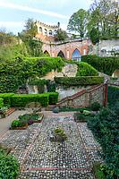 France, Sarthe (72),  Poncé-sur-le-Loir, jardin du château de Poncé en avril patio et la terrasse Caroline