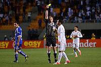 ATENÇÃO EDITOR: FOTO EMBARGADA PARA VEÍCULOS INTERNACIONAIS - SÃO PAULO, SP, 26 DE SETEMBRO DE 2012 - FINAL DA RECOPA SULAMERICANA - SANTOS x UNIVERSIDAD DE CHILE: Adriano leva cartão amarelo durante partida Santos x Universidad de Chile, válida final da Recopa Sulamericana no Estádio do Pacaembú em São Paulo. FOTO: LEVI BIANCO - BRAZIL PHOTO PRESS