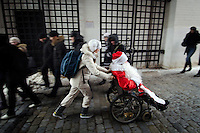 RUSSLAND, Moskau, 12.2010. ©  Sergey Kozmin/EST&OST.Weihnachten mit Vaeterchen Frost. Altersgemaess unterwegs im Rollstuhl. | Christmas with Father Frost. His age made him choose a wheelchair.