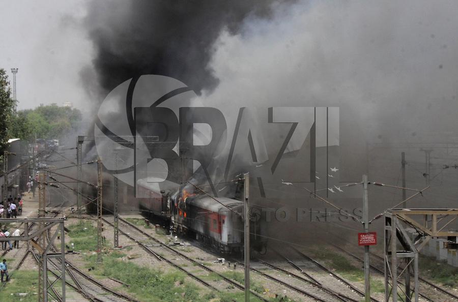 NOVA DELHI, INDIA, 21.04.2015 - INCENDIO TRENS - NOVA DELHI - <br /> Dois vagoes de trens da Rajdhani Express pega fogo na esta&ccedil;&atilde;o central ferrovi&aacute;ria de Nova Deli na India, nesta ter&ccedil;a-feira, 21.  Ninguem ficou ferido. (Foto: Wasim Sarvar / Brazil Photo Press).