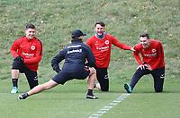 Marijan Cavar (Eintracht Frankfurt), Danny Blum (Eintracht Frankfurt), Branimir Hrgota (Eintracht Frankfurt) haben Spaß beim Aufwaermen mit Athletiktrainer Klaus Luisser (Eintracht Frankfurt) - 04.04.2018: Eintracht Frankfurt Training, Commerzbank Arena