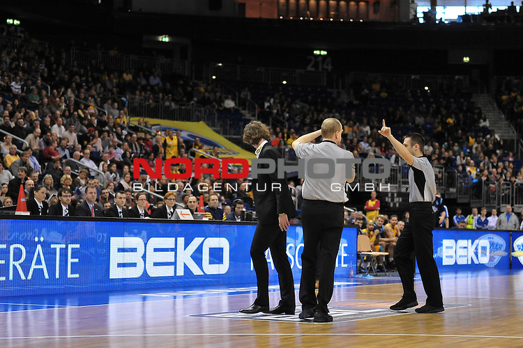 31.12.2013, O2 World, Berlin, GER, 1. BBL, Alba Berlin vs. Phoenix Hagen im Bild Headcoach Ingo Freyer (Phoenix Hagen) links bekommt ein technisches Faul und wird vom Platz gestellt, Aktion/Action, Querformat<br /> <br /> Foto &copy; nordphoto / Schulz