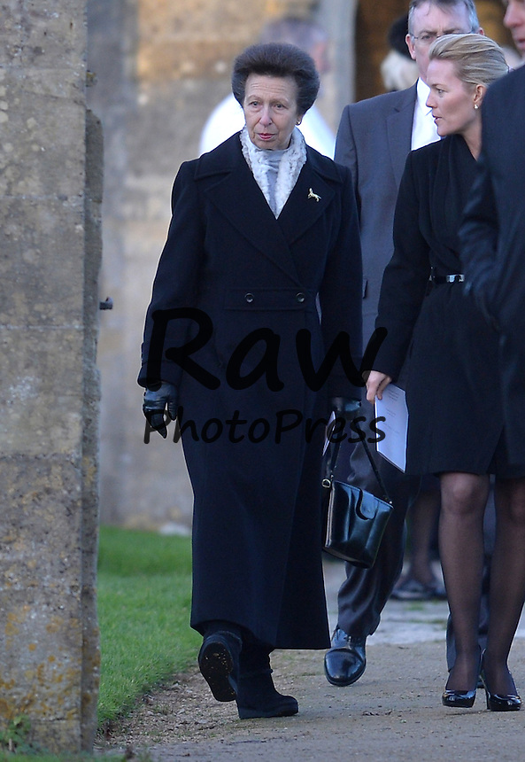 Ana de Inglaterra ha asistido a un funeral en Somerford.<br /> <br /> Image &copy;Licensed to i-Images Picture Agency. 19/12/2014. Wiltshire, United Kingdom. <br /> <br /> Princess Anne attends the funeral of Sarah Staples at St Peter &amp; St Paul's church in Great Somerford, Wiltshire <br /> <br /> Picture by Ben Stevens / i-Images
