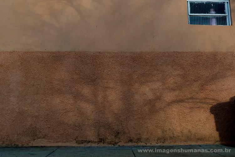 Comunidade Baixão, município de Almenara na região do baixo Jequitinhonha, Norte de Minas Gerais. Nessa região é possível encontrar três tipos de biomas: caatinga, cerrado e mata atlântica. A ASA Brasil, Articulação no Semiárido Brasileiro, tem implementado em diversas comunidades no Norte de Minas o Programa Uma Terra e Duas Águas (P1+2) e o Programa Um Milhão de Cisternas (P1MC) que tem como objetivo viabilizar a captação e armazenamento de água de chuva nessas comunidades para consumo humano, criação de animais e produção de alimentos. Entre os parceiros para implementação dos projetos tem destaque na região a Cáritas Diocesana de Almenara. Vilma de Almeida.
