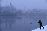 """Europe-Asie/Russie/Saint-Petersbourg: Le croiseur """"Aurore"""" amarre en face de l'académie navale Nakhimov de Stuke néo-baroque et pêcheur sur les bords de la Neva"""