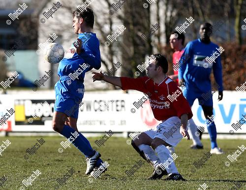 2010-03-07 / Voetbal / seizoen 2009-2010 / FC Heikant - FC Katelijne / Thomas Van de Perre (L, Katelijne) met Stijn Janssens achter zich...Foto: mpics