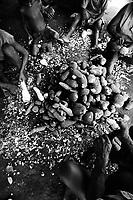 Fam&iacute;lia de ind&iacute;genas tukano trabalham descascando mandioca a beira do rio Curicuriari, tribut&aacute;rio do rio Negro.<br /> &copy;Paulo Santos