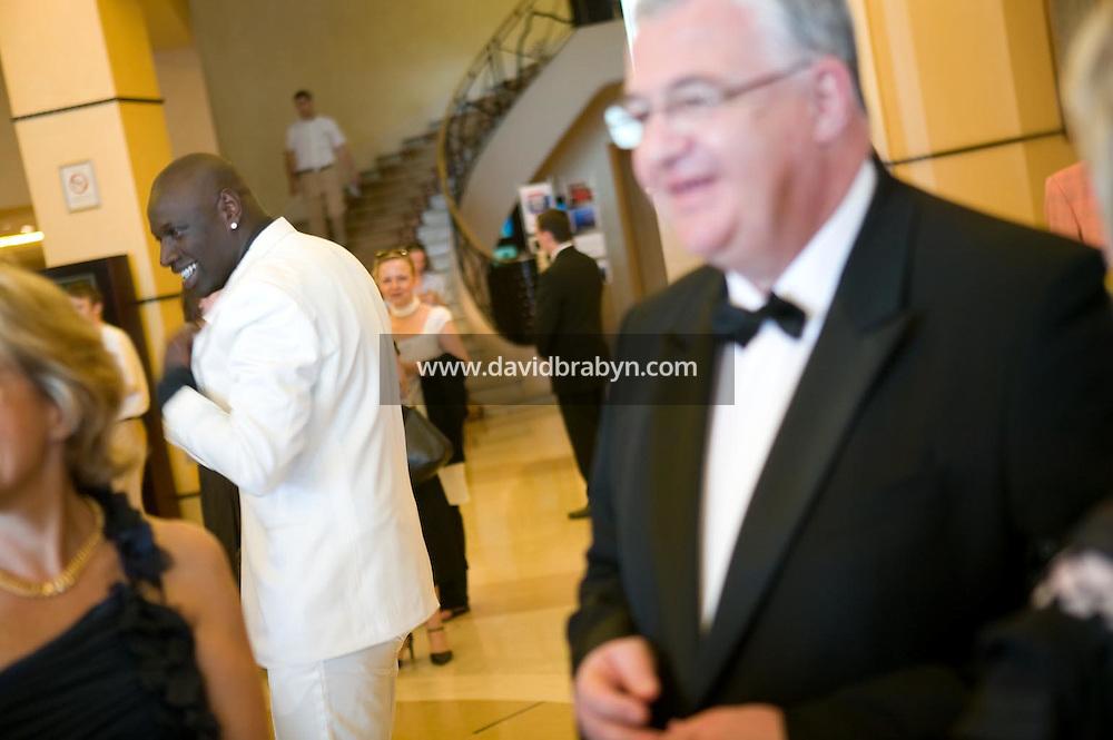 Jean Azema (D, noeux papillon), Omar (G, costume blanc), depart pour la montee des marches, 20 ans de la Fondation Groupama-Gan pour le Cinema, Cannes, France, 18 mai 2007.