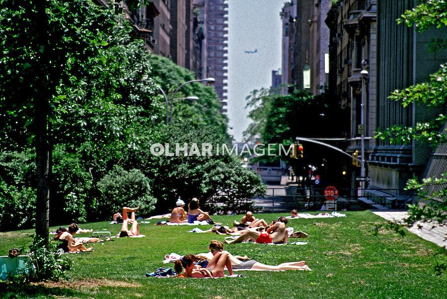 Pessoas tomando sol em parque. Nova York. EUA. 1984. Foto de João Caldas.