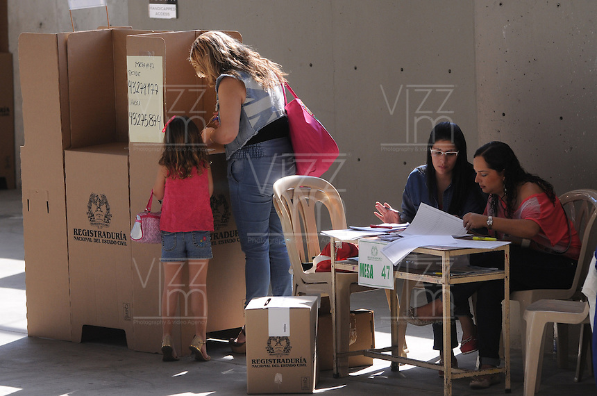 MEDELLÍN -COLOMBIA. 25-05-2014. Colombianos ejercen su derecho al voto en el Palacio de Exposiciones en Medellín durante la jornada de elecciones Presidenciales en en Colombia que se realizan hoy 25 de mayo de 2014 en todo el país./ Colombian people exerts their right to vote in the Palacio de Exposiciones in Medellín during the day of Presidential elections in Colombia that made today May 25, 2014 across the country. Photo: VizzorImage / Luis Rios /Str