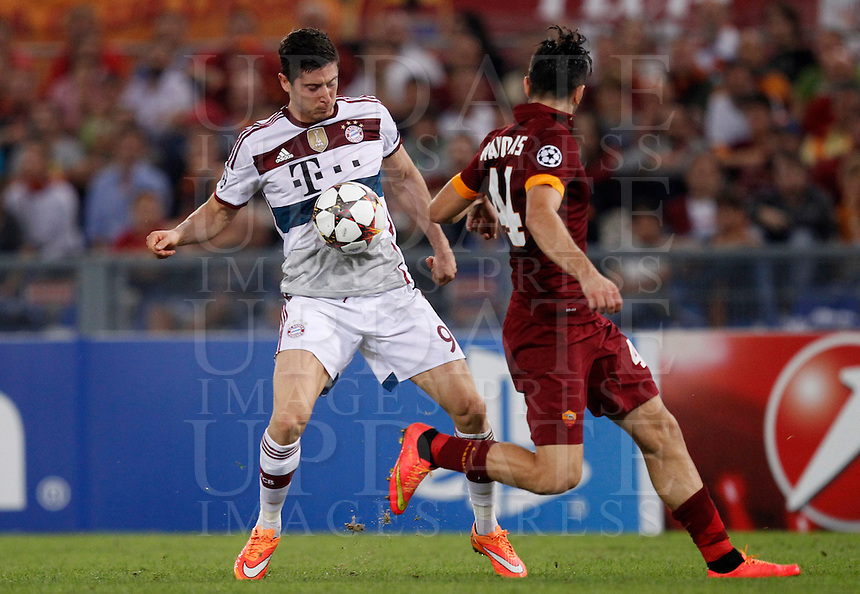 Calcio, Champions League, Gruppo E: Roma vs Bayern Monaco. Roma, stadio Olimpico, 21 ottobre 2014.<br /> Bayern&rsquo;s Robert Lewandowski, left, is challenged by Roma's Kostas Manolas during the Group E Champions League football match between AS Roma and Bayern at Rome's Olympic stadium, 21 October 2014.<br /> UPDATE IMAGES PRESS/Isabella Bonotto