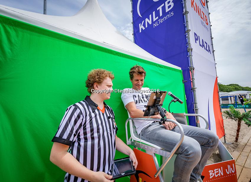 Den Bosch, Netherlands, 16 June, 2018, Tennis, Libema Open, Are you the new Hawk-eye<br /> Photo: Henk Koster/tennisimages.com
