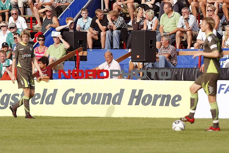 FBL 07/08 Testpiel - Vorbereitungsspiel - Testspiel<br /> <br /> Esbjerg FB  (DEN) - Werder Bremen (GER)<br /> <br /> J&uuml;rgen L. Born (Vorsitzender der Gesch&auml;ftsf&uuml;hrung und Gesch&auml;ftsf&uuml;hrer Finanzen und &Ouml;ffentlichkeitsarbeit) am Rande des Spielfeldes und schaut sich Peter Niemeyer ( Bremen #25 ) und Tim Borowski ( Bremen #24 ) an<br /> <br /> Foto &copy; nph (nordphoto )<br /> <br /> <br /> <br />  *** Local Caption ***
