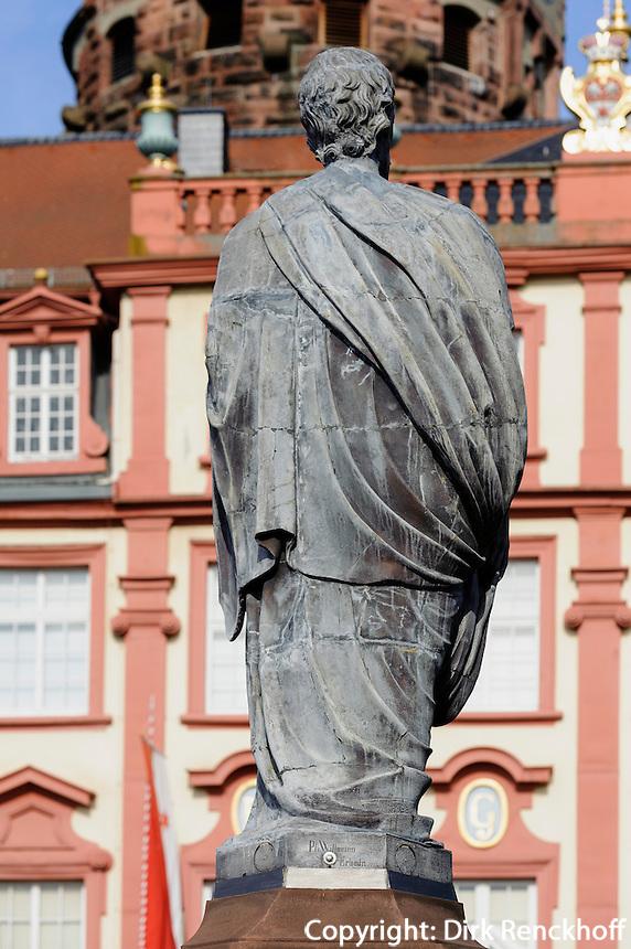 Denkmal Graf Franz I vor dem Schloss von Erbach im Odenwald, Hessen, Deutschland