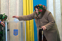 Ksaverivka, Ukraine, 26/12/2004..The third and final round of Ukraine's disputed Presidential election. Voting in the village achool.