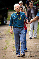 King of Sweden shaking hands with left arm, like all scouts do. Photo: Mikko Roininen / Scouterna