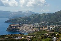ITA, Italien, Sizilien, Liparischen Inseln, Hauptinsel Lipari: Blick auf Lipari-Stadt mit der auf einem Hügel stehenden Kathedrale, dem Castello und dem Aeolischen Museum, im Hintergrund die Insel Vulcano | ITA, Italy, Sicily, Aeolian Islands or Lipari Islands, main island Lipari: view at Lipari-Town with cathedral, castle and Aeolian Museum built on former Acropolis, background island Vulcano