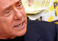 Il leader del Popolo della Liberta' Silvio Berlusconi firma le proposte dei referendum sulla giustizia e sui diritti umani e civili in un gazebo dei Radicali a Roma, 31 agosto 2013.<br /> Italian former Premier Silvio Berlusconi signs for Radical Party referendum proposal on justice and human and civil rights in Rome, 31 August 2013.<br /> UPDATE IMAGES PRESS/Riccardo De Luca