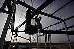 NIJKERK - Op industrieterrein De Flier in Nijkerk is Dijkham Bouw begonnen met de opbouw van een nieuw wijkgebouw voor de afdeling Infra en Wijkbeheer. Het complex wordt klimaat-neutraal opgezet en krijgt daarvoor duurzame energiebronnen, zoals een kleine windturbine, zonnepanelen op het dak en de opslag van regenwater om de bedrijfsauto's mee te wassen. Op het terrein komen ook een nieuwe Milieustraat en een afvaloverslagstation. COPYRIGHT TON BORSBOOM