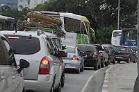 SÃO PAULO, SP, 28 JANEIRO DE 2013  - TRANSITO SP - Motorista enfrenta congestionamento  Ponte da Casa Verde,  para acesso a Av Dr Abraão Ribeiro, sentido Av Pacaembu, na manhã dessa segunda-feira, 28, zona central da capital - FOTO: LOLA OLIVEIRA - BRAZIL PHOTO PRESS