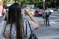 SAO PAULO, SP, 11.11.2013 - CLIMA TEMPO - Paulistano vive fim de tarde quente, com temperaturas acima da média, na Avenida Paulista, região central da capital, nesta segunda feira, 11. (Foto: Alexandre Moreira / Brazil Photo Press).