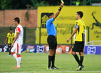 FLORIDABLANCA -COLOMBIA, 14-02-2015:  Juan Ponton arbitro muestra la tarjeta amarilla a Felipe Aguilar de Alianza durante el encuentro entre Alianza Petrolera e Independiente Santa Fe por la fecha 4 de la Liga Aguila I 2015 disputado en el estadio Alvaro Gómez Hurtado de la ciudad de Floridablanca./ Juan Ponton referee shows the yellow card to Felipe Aguilar of Alianza during the match between Alianza Petrolera and Independiente Santa Fe for the 4th date of the Aguila League I 2015 played at Alvaro Gomez Hurtado stadium in Floridablanca city Photo: VizzorImage / Duncan Bustamante / STR
