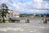 Brücke über dem Rioni-Fluss in Kutaissi. / Riverside walk in Kutaisi.
