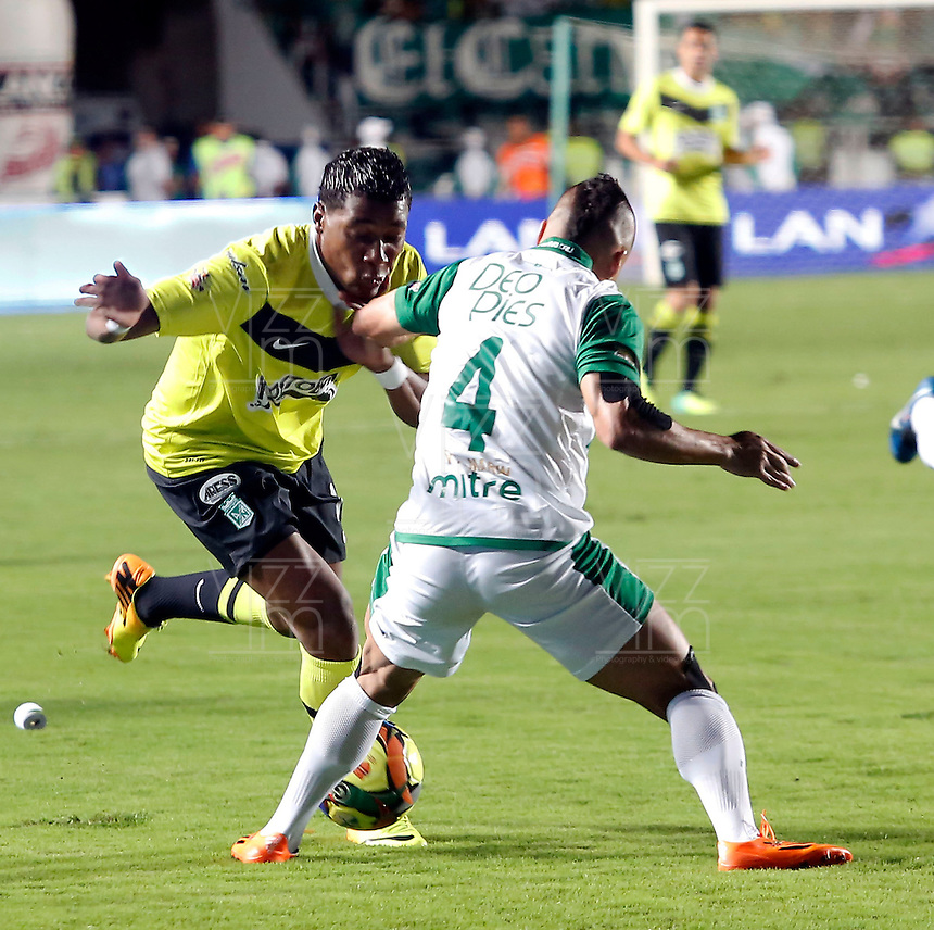 CALI -COLOMBIA-11-12-2013. Bladimir Marin (Der) jugador del Deportivo Cali disputa el balón con Wilder Guisao (Izq) jugador de Atlético Nacional durante partido de ida por la final de la Liga Postobón II 2013 jugado en el estadio Pascual Guerrero de la ciudad de Cali./ Bladimir Marin (R) player of Deportivo Cali vies for the ball with Wilder Guiaso  (L) player of Atletico Nacional during the first leg match for the final of the Postobon  League II 2013 at Pascual Guerrero stadium in Cali city Photo: VizzorImage / Juan Carlos Quintero / Stringer