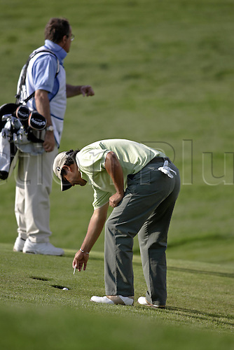 17 November 2005: Argentinian golfer Ricardo Gonzalez (ARG) marks his ball with a tee after finding trouble during the first round of the 2005 World Golf Championships, Victoria Clube de Golfe, Vilamoura, Portugal. Photo: Glyn Kirk/Actionplus...051117 man men player