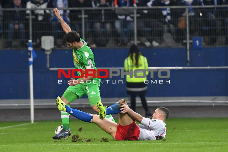 01.03.2016,  GER; DFB Pokal, Viertelfinale, Hamburger SV vs Borussia Moenchenglabach, im Bild K. Papadopoulos(Hamburg #09) foult Lars Stindl (Gladbach #13) Foto © nordphoto / Witke *** Local Caption ***