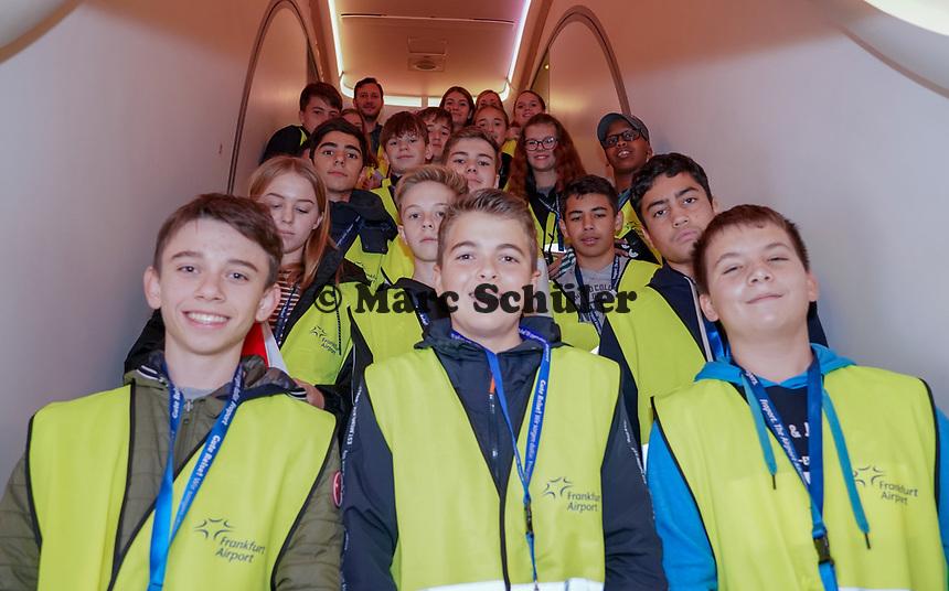 Schüler der Justin-Wagner-Schule Rossdorf besichtigen den A380 von Singapore Airlines auf dem Frankfurter Flughafen - Frankfurt 23.10.2019: Schüler machen Zeitung bei Singapore Airlines
