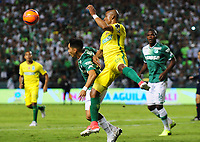 PALMIRA -COLOMBIA-14-06-2017. Fabian Sambueza (Izq) del Deportivo Cali disputa el balón con Farid Diaz (Der) de Atletico Nacional durante partido de ida por la final de la Liga Aguila I 2017 jugado en el estadio Palmaseca de Cali. / Fabian Sambueza (L) player of Deportivo Cali fights for the ball with Farid Diaz (R) player of Atletico Nacional during first leg match for the final of the Aguila League I 2017 played at Palmaseca stadium in Cali.  Photo: VizzorImage/ Nelson Rios /Cont