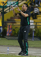 FLORIDABLANCA - COLOMBIA -02-04-2017: Hector Cardenas, técnico del Cali, gesticula durante el encuentro entre Atlético Bucaramanga y Deportivo Cali por la fecha 11 de la Liga Águila I 2017 jugado en el estadio Álvaro Gómez Hurtado de la ciudad de Floridablanca. / Hector Cardenas, coach of Cali, gestures during the match between Atletico Bucaramanga and Deportivo Cali for the date 11 of the Aguila League I 2017 played at Alvaro Gomez Hurtado stadium in Floridablanca city. Photo: VizzorImage / Duncan Bustamante / Cont