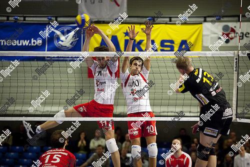 2009-12-10 / Volleybal Challege Cup / VC Argex Duvel Puurs - Seat Volley Näfels /  Gilles Biset (11) en Dennis Deroey (10) van Puurs blokken de bal...Foto: mpics