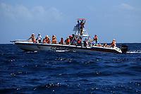 (((ACOMPAÑA CRÓNICA-R.DOMINICANA-BALLENAS))) STO02. SAMANÁ (REPÚBLICA DOMINICANA), 02/03/2011.- Fotografía facilitada hoy, martes 2 de marzo de 2011, que muestra una lancha repleta de turistas que observan ballenas jorobadas el pasado 23 de febrero en las aguas de la Bahía de Samaná (República Dominicana). La bahía de Samaná forma, junto al Banco de la Plata y el Banco de la Navidad, en el norte, el santuario de mamíferos marinos, que abarca una zona de 12.700 millas cuadradas, convirtiéndola así en el área protegida más grande del país caribeño. EFE/Orlando Barría