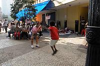 SÃO PAULO, SP,06 FEVEREIRO 2012-Sem Teto. Crianca pula corda no acampamento na Av Sao Joao com Rua Dom Jose de Barros. no centro de Sao Paulo (FOTO: ADRIANO LIMA - NEWS FREE).